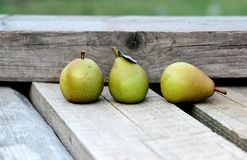 Peras nas pranchas de madeira Fotos de Stock