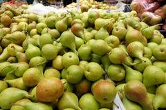 Peras orgánicas frescas para una venta en un mercado de los granjeros fotos de archivo libres de regalías