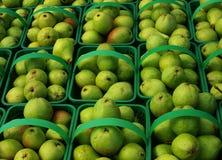 Peras orgánicas locales en las cestas, fondo. Imagenes de archivo