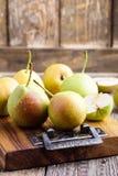 Peras orgánicas maduras en la tabla de madera rústica foto de archivo