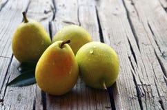 Peras orgánicas maduras frescas en viejo fondo de madera Peras en la tabla rústica Consumición sana, dieta, comida cruda y concep Imagen de archivo