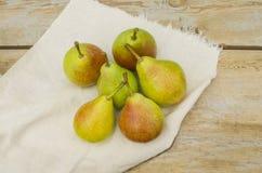 Peras orgânicas frescas na madeira velha Imagem de Stock Royalty Free