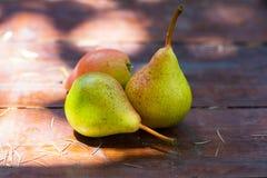 Peras orgânicas frescas na tabela de madeira rústica fotos de stock royalty free