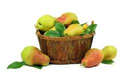 Peras orgânicas saudáveis na cesta Isolado Imagens de Stock