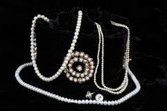 Peras que se derraman fuera de bolso de la joyería. fotografía de archivo libre de regalías