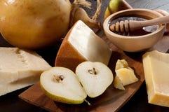 Peras queso y tazón de fuente con la miel Fotografía de archivo libre de regalías