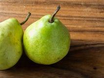 Peras verdes a bordo Fotos de Stock