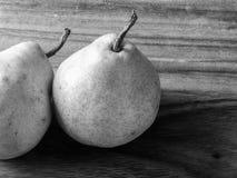 Peras verdes a bordo en blanco y negro Foto de archivo libre de regalías