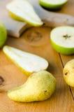 Peras verdes doces frescas com as maçãs na tabela de madeira Foto de Stock Royalty Free