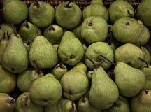 Peras verdes em uma cesta foto de stock royalty free
