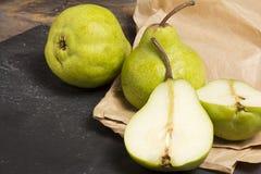 Peras verdes em uma mesa de madeira rústica Foto de Stock Royalty Free