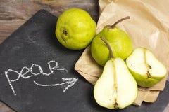 Peras verdes em uma mesa de madeira rústica Imagem de Stock Royalty Free