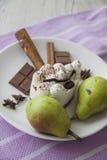 Peras verdes y tiramisu delicioso Fotos de archivo