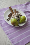 Peras verdes y tiramisu delicioso Imagenes de archivo