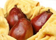Peras vermelhas de Anjou, lavadas recentemente Imagem de Stock