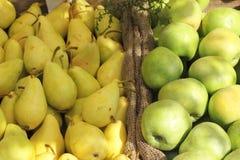 Peras y fondo de las manzanas Imagen de archivo libre de regalías