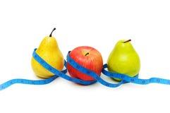Peras y manzana que ilustran concepto de dieta de la fruta Imagenes de archivo