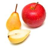 Peras y manzana roja madura Fotos de archivo