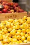 Peras y manzanas en el mercado de los granjeros Imagen de archivo