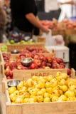 Peras y manzanas en el mercado de los granjeros Imágenes de archivo libres de regalías