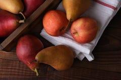Peras y manzanas escogidas frescas Imagen de archivo