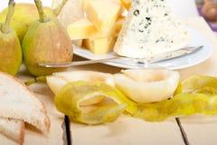 Peras y queso frescos Imagen de archivo