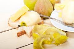 Peras y queso frescos Fotografía de archivo libre de regalías