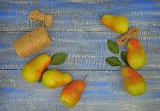 Peras y utensilios de jardinería maduros en un fondo de madera Lifes sano Fotografía de archivo libre de regalías
