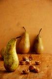 Peras y wallnuts foto de archivo libre de regalías