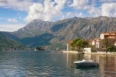 Perast镇和两个小海岛圣乔治和我们的夫人看法岩石 海湾kotor montenegro 免版税图库摄影