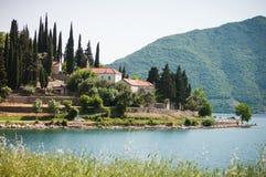 Perast är en gammal stad på fjärden av Kotor Royaltyfria Foton