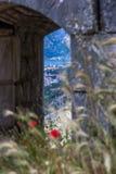 Perast dalle rovine della fortezza lungo mura di cinta del ` s di Cattaro i vecchi Fotografie Stock