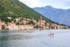 PERAST, MONTENEGRO - 6. AUGUST 2014: Ansicht von Perast-Stadt von der Seeseite Perast ist schöne Stadt auf Küste von Montenegro u Stockfotografie