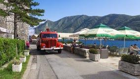PERAST MONTENEGRO - AUGUSTI 27 retro bil för brand på stranden Fotografering för Bildbyråer