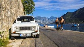 PERAST, 27 MONTENEGRO-AUGUSTUS Retro auto Renault op waterfron Royalty-vrije Stock Foto