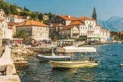 PERAST, MONTENEGRO - 24 DE AGOSTO DE 2017: Vista da cidade velha pequena Perast, Montenegro Perast é uma de cidades pitorescas na imagens de stock royalty free