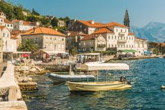 PERAST MONTENEGRO, SIERPIEŃ, - 24, 2017: Widok mały stary grodzki Perast, Montenegro Perast jest jeden malowniczy miasteczka w Ko Obrazy Royalty Free