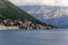 Perast y orilla de la bahía de Kotor Foto de archivo libre de regalías