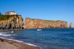 Percé/rocha e casa vermelha Foto de Stock Royalty Free