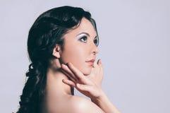 perca acima A cara de uma jovem mulher bonita Isolado no branco foto de stock royalty free