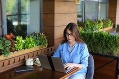 perca acima da cara de alegram o cliente que consulta pelo portátil no resta foto de stock royalty free