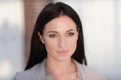 Perca-acima o retrato de uma jovem mulher moderna fotografia de stock royalty free