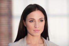 Perca-acima o retrato de uma jovem mulher moderna fotos de stock royalty free