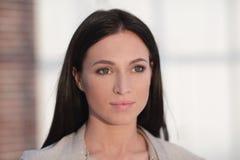Perca-acima o retrato de uma jovem mulher moderna imagem de stock royalty free