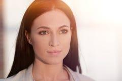 Perca-acima o retrato de uma jovem mulher moderna imagem de stock