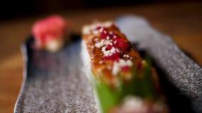 Perca acima para rolos de sushi na posi??o preta na tabela, alimento tradicional japon?s da bandeja Quadro Delicioso decorado fotografia de stock