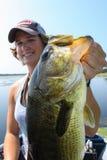 Perca americana de la pesca de la mujer atractiva fotos de archivo libres de regalías