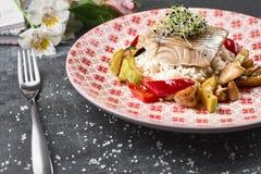 Perca asada de la perca de Pike con las verduras y el risotto del arroz Imágenes de archivo libres de regalías