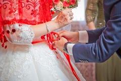 Perca a fita na barriga da noiva casamento Noiva do laço das damas de honra Feche a fita na barriga do foto de stock
