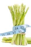 Perca o conceito do peso, espargos com fita imagem de stock